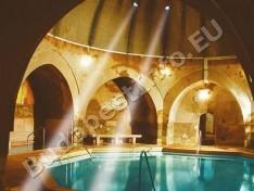 Király Gyógyfürdő - fürdőmedence nappali fényben