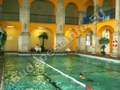 Rudas Gyógyfürdő - úszómedence a bejárat mellől