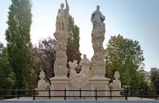 Elkészültek az óbudai Szent Flórián szoborcsoport magyar nyelvű táblái