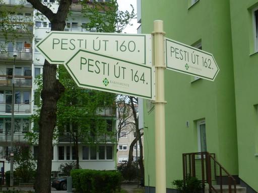 Új utcanévtáblák a megújult rákosmenti panelházak környezetében | kép forrása: www.rakosmente.hu
