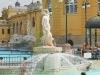 Széchenyi Gyógyfürdő és Uszoda - szobor szökőkúttal a pihenő medencében